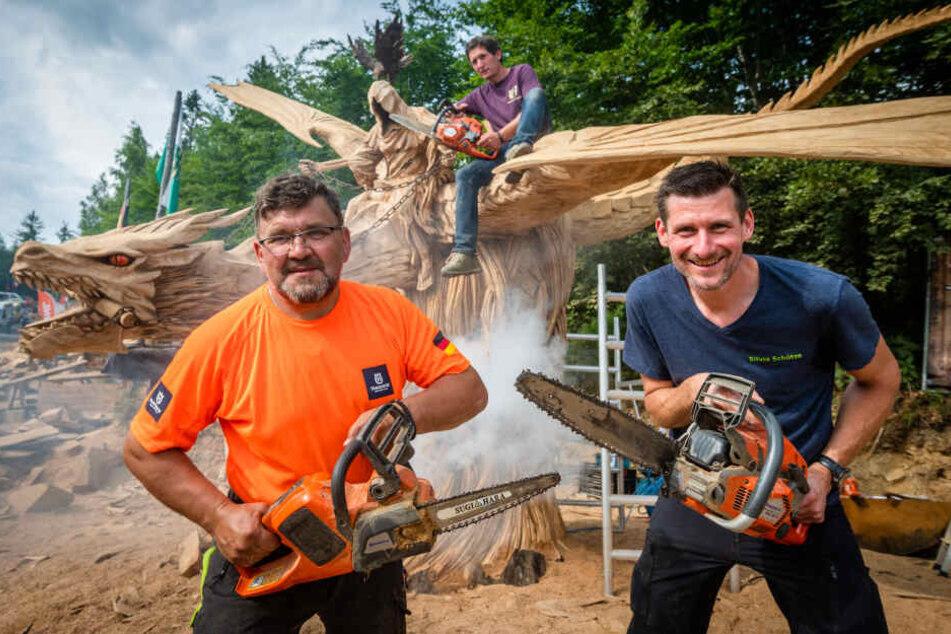 """Die Sieger des Publikumspreises Igor Loskutow (v.l., Russland), Florian Lindner (Thüringen) und Silvio Schütze vor ihrer Skulptur """"Fliegender Reiter."""""""