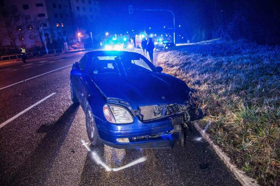 Der Mercedes wurde durch den Zusammenprall heftig in Mitleidenschaft gezogen.