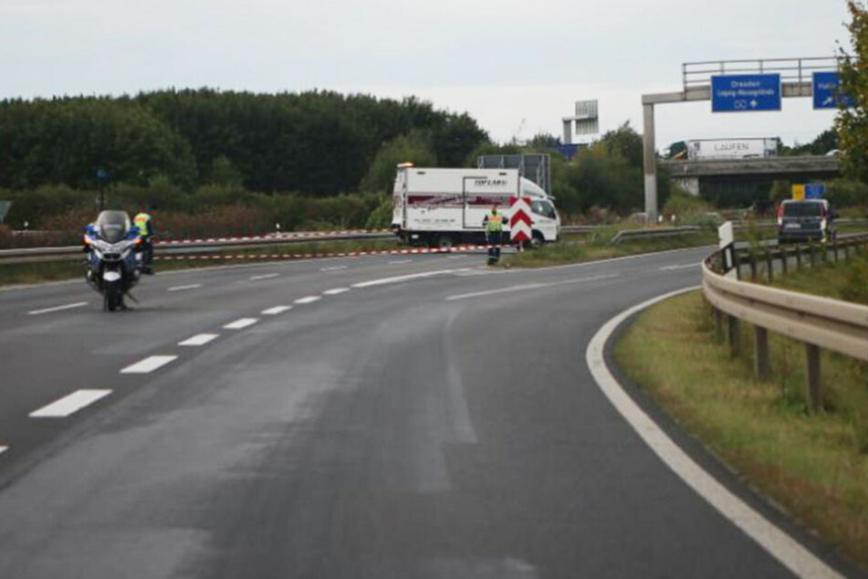 Die B 2 in Richtung Leipzig musste an der Unfallstelle umgeleitet. Im Hintergrund steht der Lkw einer Reinigungsfirma.