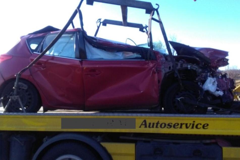 Der rote Toyota wurde komplett zerstört.