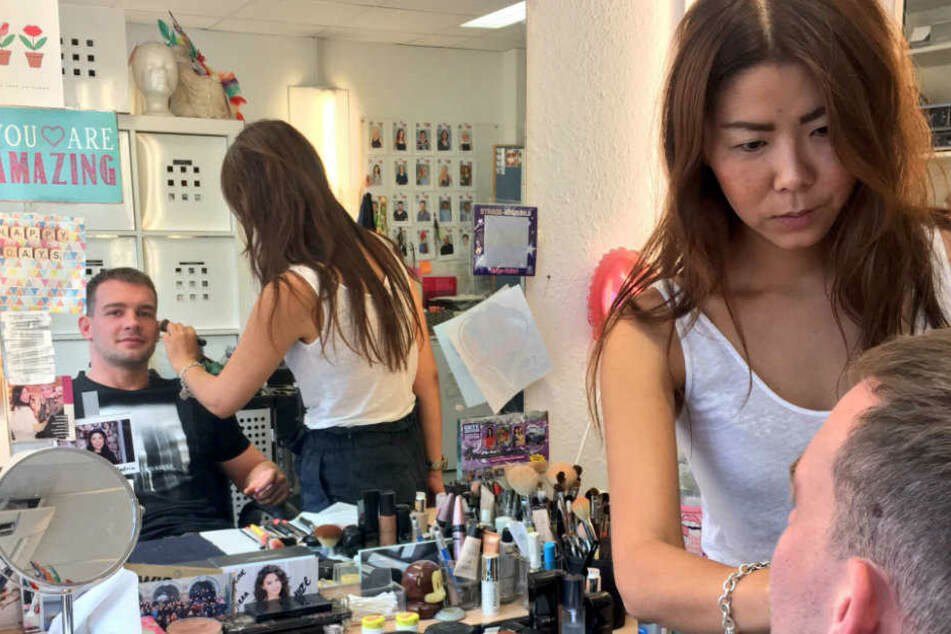 Maskenbildnerin Ji-Na Kim kümmert sich um Eric Stehfest.