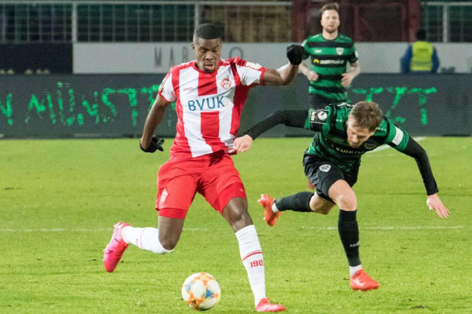 Leroy Kwadwo (r) von den Würzburger Kickers wurde rassistisch beschimpft.