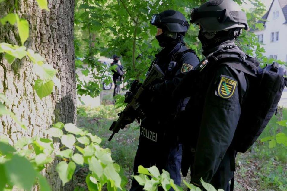 Polizei-Beamte suchten am Morgen in einem Waldstück nach Robert K.