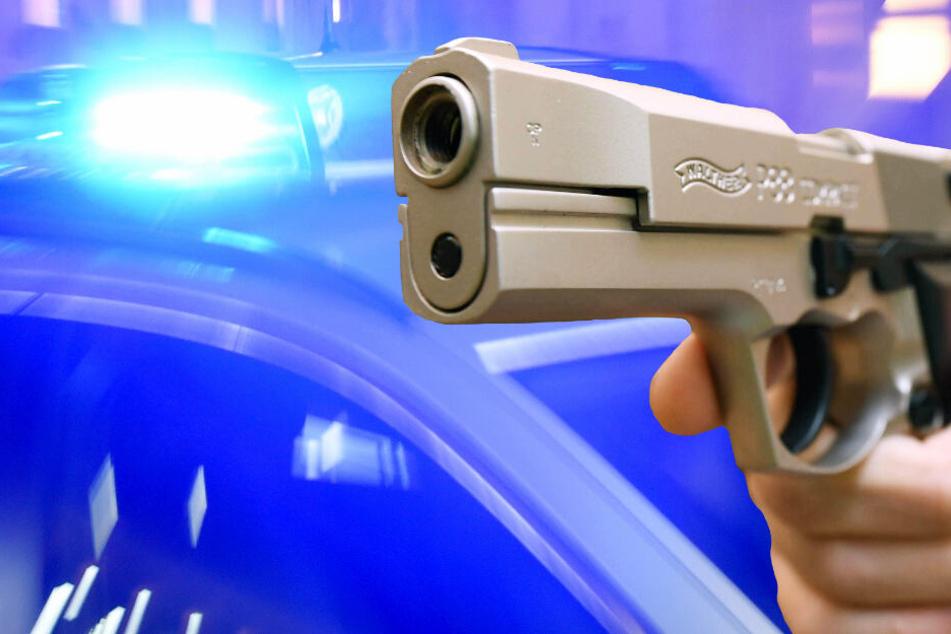 Der Räuber bedrohte die Kassiererin der Tankstelle mit einer Schusswaffe (Symbolbild).