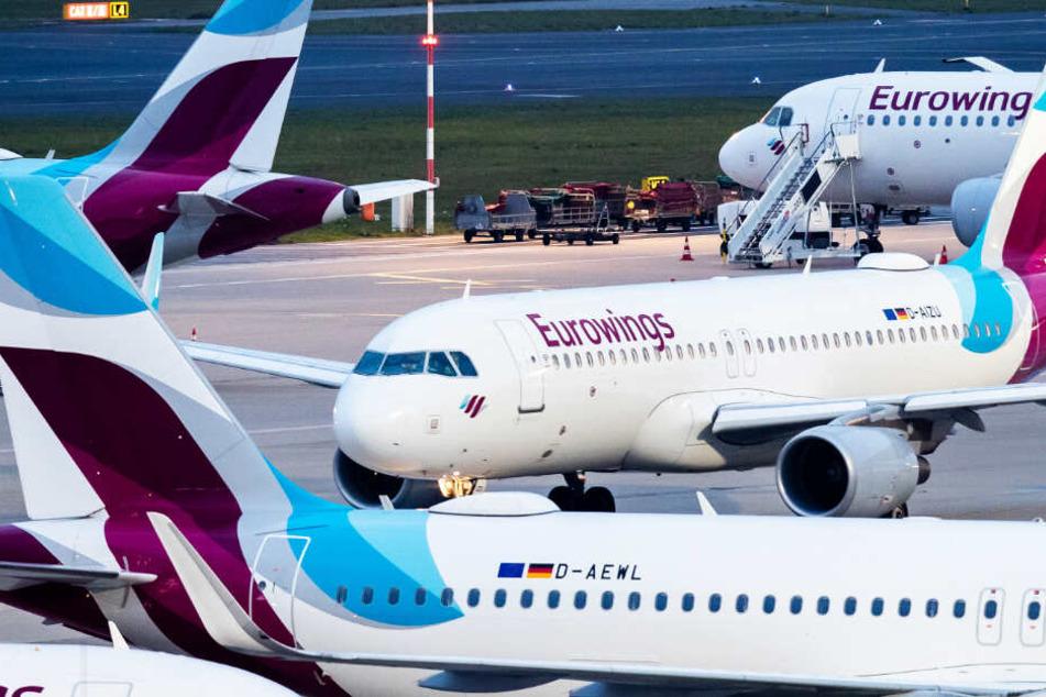 Bei der Fluggesellschaft Eurowings könnte es zu einem unbefristeten Streik der Flugbegleiter kommen.