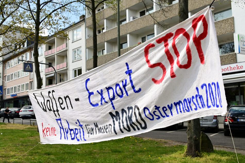 Ein Ostermarsch-Transparent im April 2020 in Kassel. Voriges Jahr konnten die Ostermärsche wegen der Corona-Pandemie nur virtuell stattfinden.