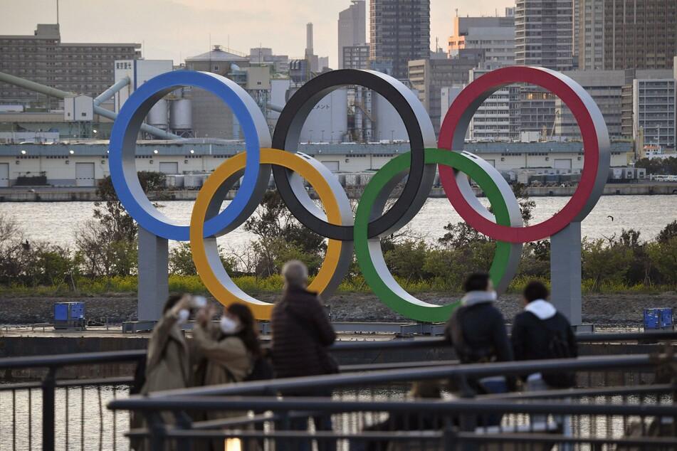 Die eigentlich für 2020 geplanten Sommerspiele waren wegen der Pandemie um ein Jahr verschoben worden und sollen am 23. Juli eröffnet werden. Die olympischen Wettbewerbe werden in rund 40 Arenen in Tokio und anderen Präfekturen ausgetragen.