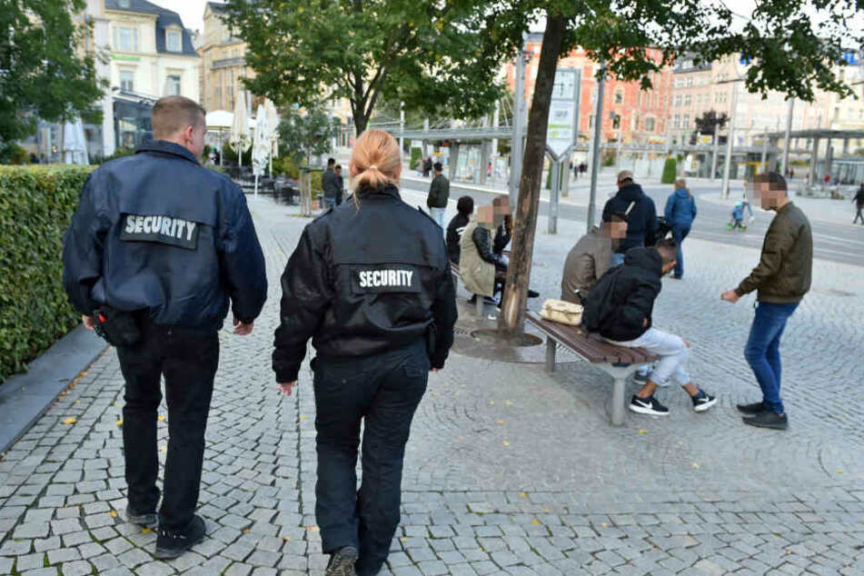In Plauen kontrolliert auch ein privater Wachschutz (F.) Politiker sehen diese städtische Idee als Modell für Chemnitz.