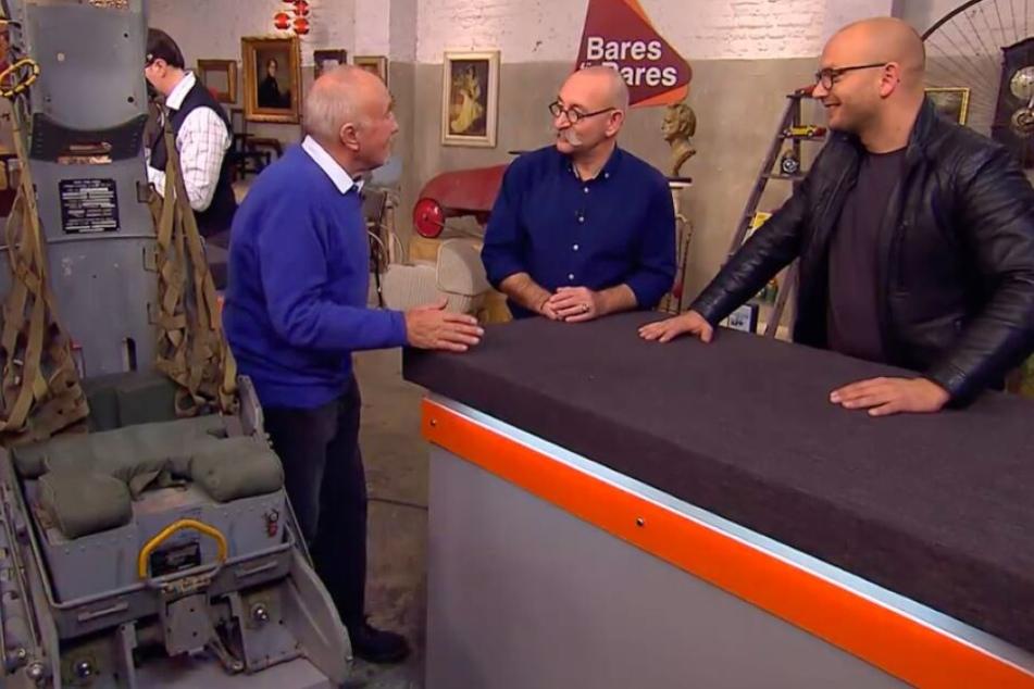 Horst Lichter hört sich die Geschichte des Schleudersitzes genau an.