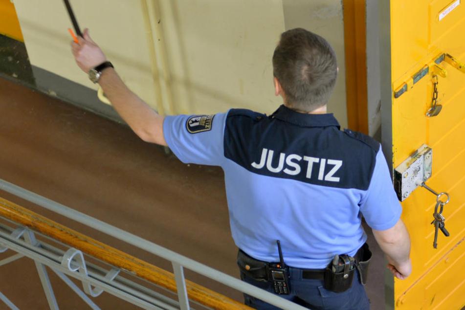 Ein JVA-Mitarbeiter in der Haftanstalt Moabit.