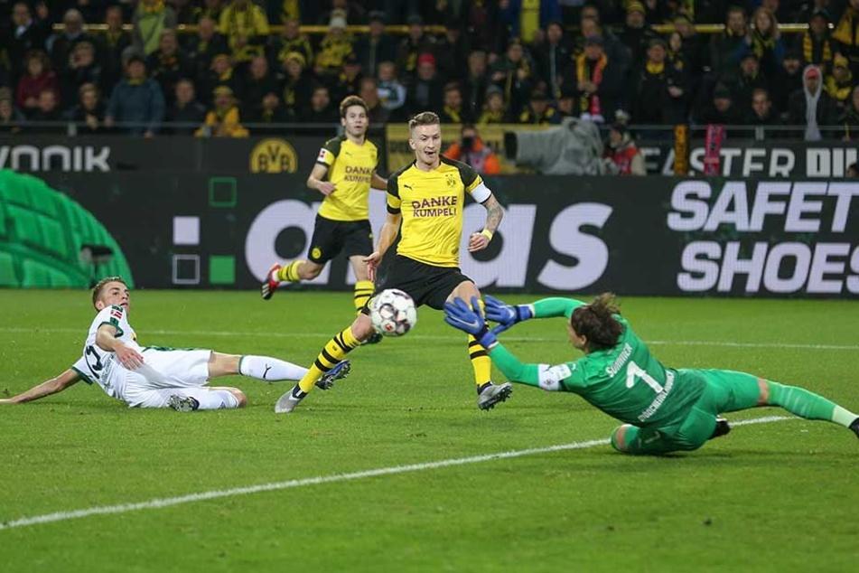 Marco Reus vergibt eine Chance gegen Gladbachs Torwart Yann Sommer.