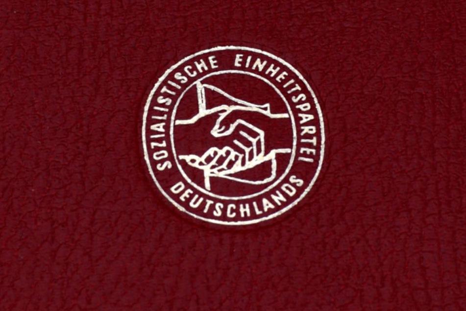 Ein Mitgliedsbuch der SED aus der DDR.