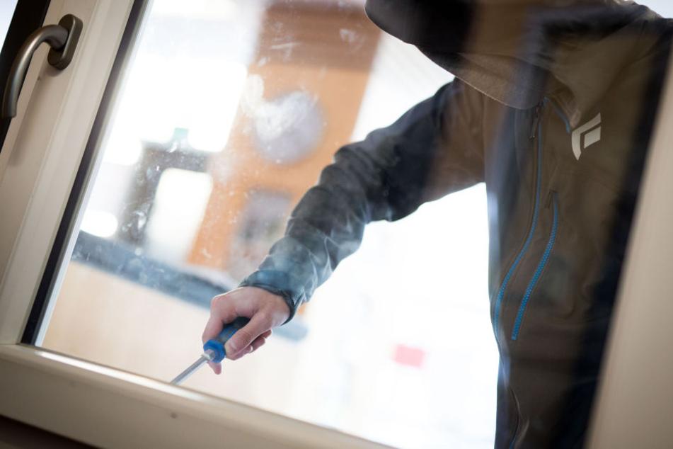 In der Glockenstraße hebelten die Einbrecher ein Fenster auf und gelangten so in eine Erdgeschosswohnung. (Symbolbild)