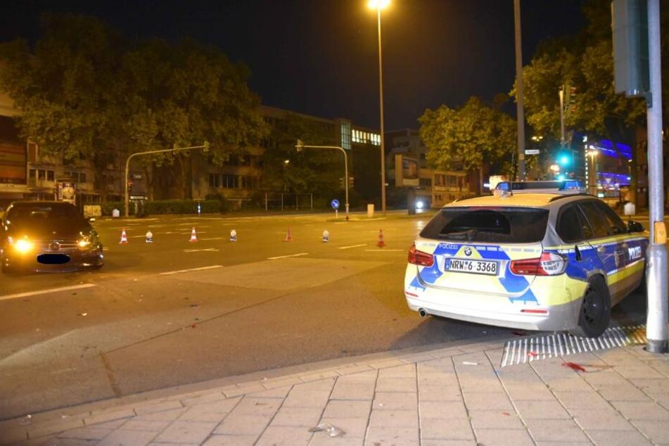 Mercedes rammt Streifenwagen bei Einsatz mit Blaulicht