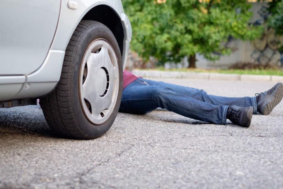 Der Wagen rollte dem Mann über die Beine, er kam ins Krankenhaus. (Symbolbild)