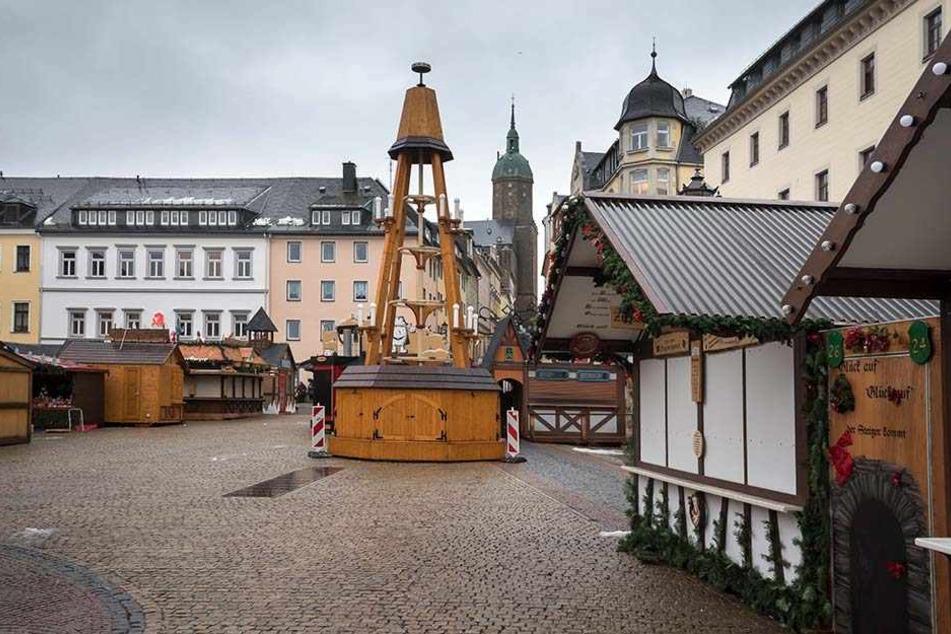 Der Aufbau des Weihnachtsmarkts hat schon begonnen, mittendrin steht die Pyramide.