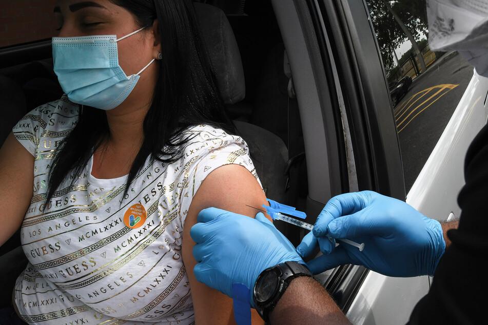 Orlando, USA: Eine Frau bekommt an einer Drive-Thru-Impfstelle ihre Impfung gegen das Coronavirus mit der Vakzin von Johnson & Johnson.