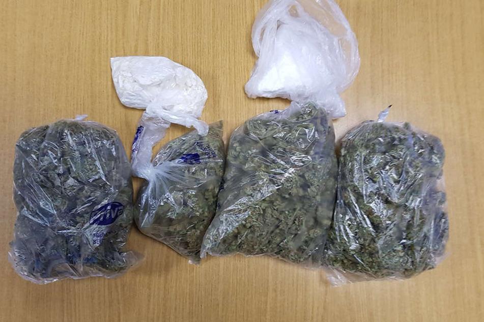 Bei der Durchsuchung entdeckten die Polizisten Tüten mit 350 Gramm Marihuana und 200 Gramm Kokain mit einem Verkaufswert von 10 000 Euro.