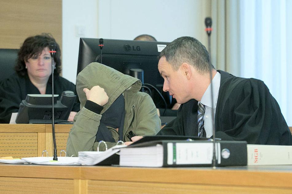 Aniko A. (23) beratschlagt sich mit ihrem Anwalt Henning Schneider