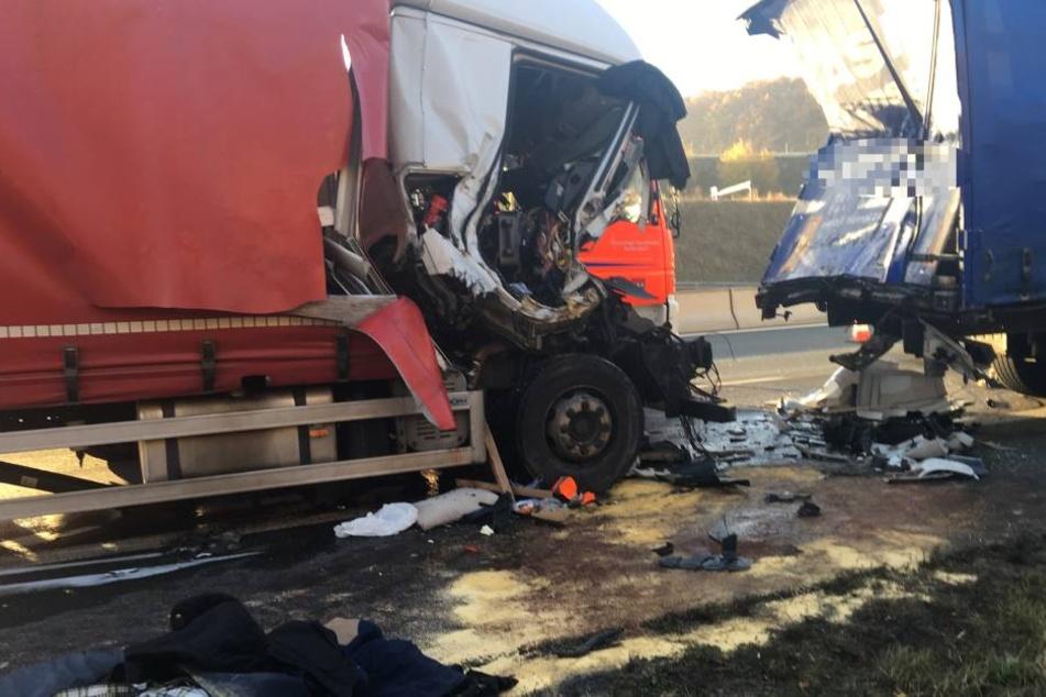 Führerhaus komplett zerstört: Brummi-Fahrer stirbt bei Crash auf A3
