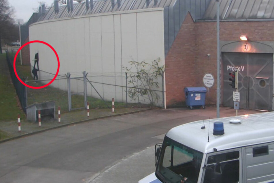 Auf den Aufnahmen der Überwachungskamera ist die Flucht der Häftlinge in der JVA Plötzensee zu sehen.