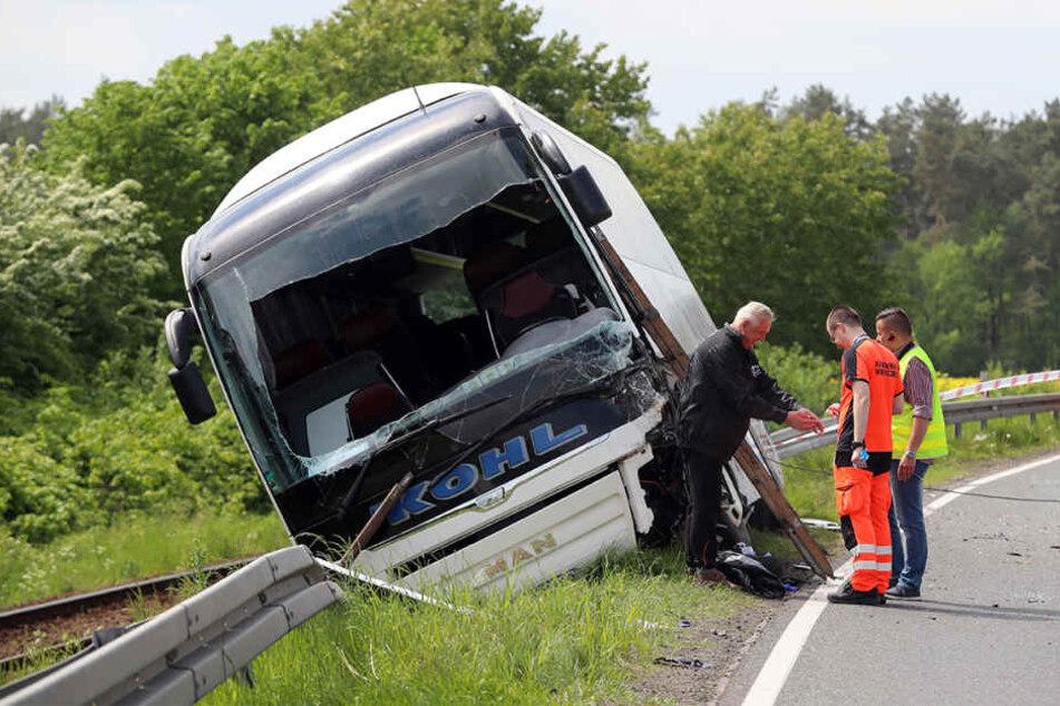 Ein aus Deutschland kommender Reisebus ist in Polen mit einem deutschen Pkw zusammengeprallt.