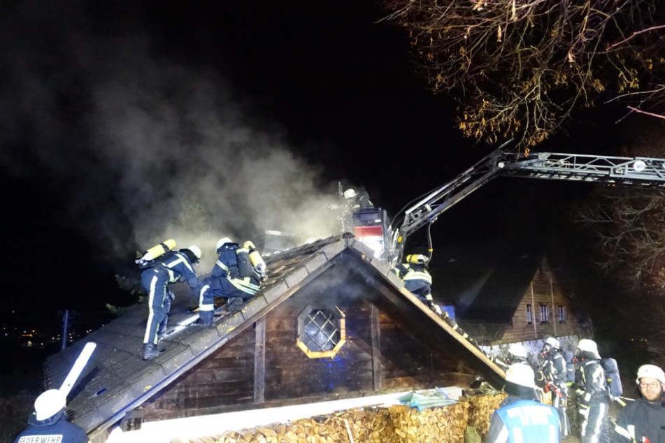 Die Feuerwehr löschte den Brand in dem Haus.