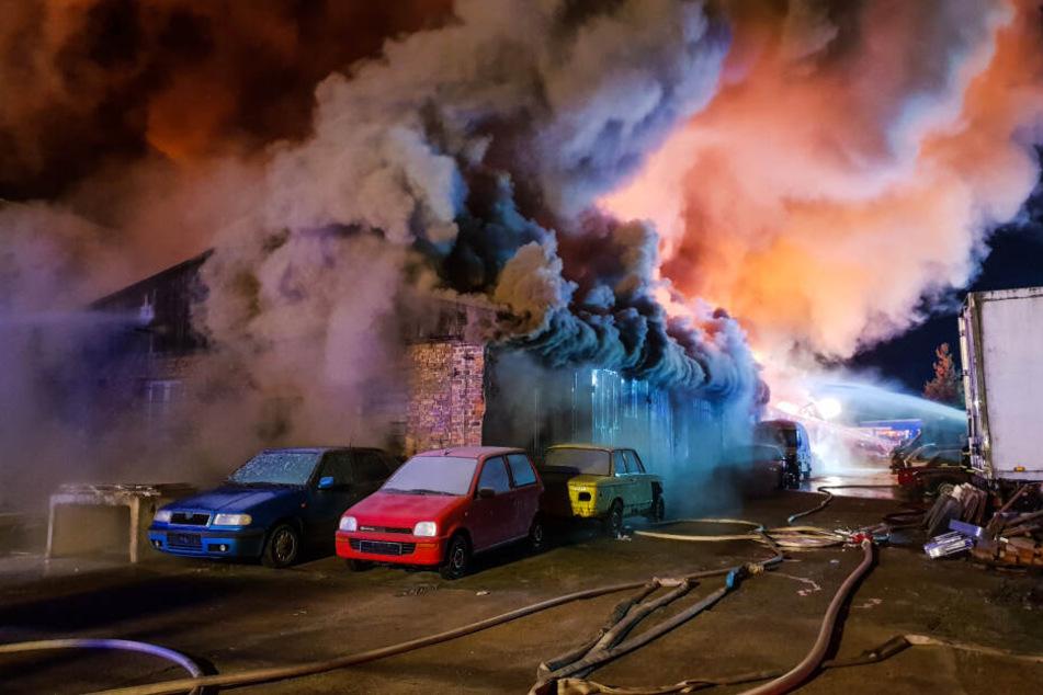 Die Feuerwehr kämpft seit Stunden gegen die Flammen.