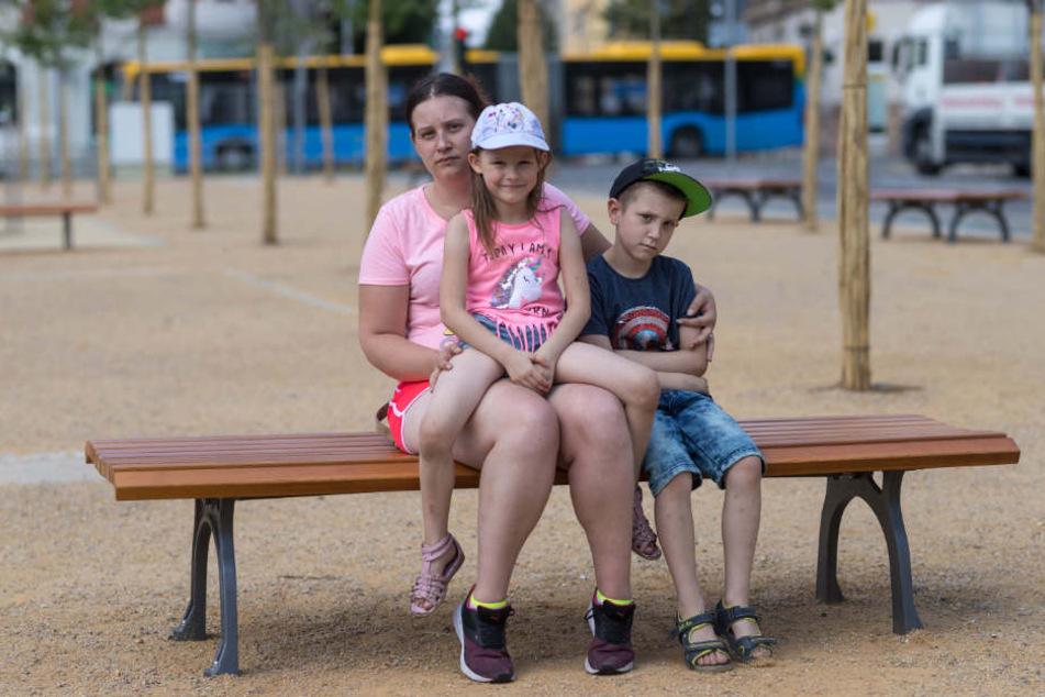 Nachbarin Nicole Jentzsch (28) hat Angst um ihre beiden Kinder Alina (6) und Leon (8). Sie wünscht sich einen Zaun.