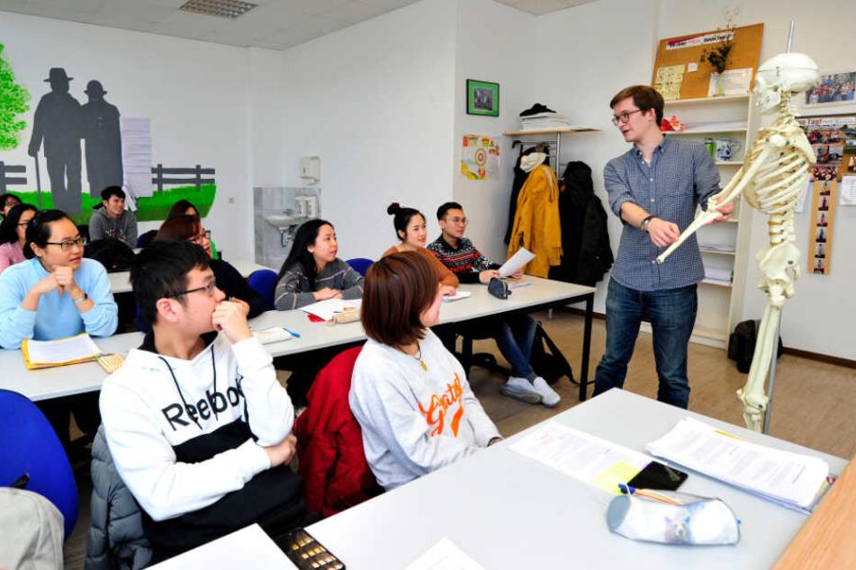 Dozent Thomas Köhler (21) unterrichtet beim Bildungsträger F+U vietnamesische und deutsche Berufsschüler in Krankheitslehre.
