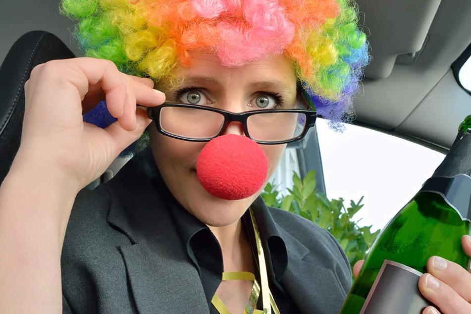 Ist das schon eine Maske? Im Zweifel sollten Autofahrer ihre Karnevalskostüme erst nach der Fahrt anlegen.
