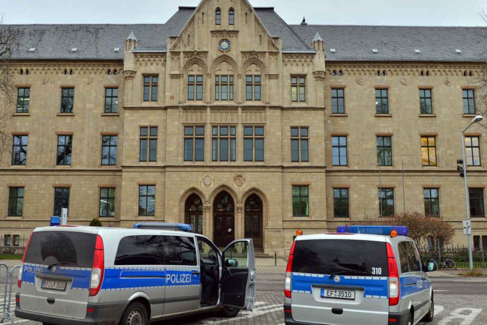 Im Landgericht Erfurt muss sich ein Mann wegen versuchten Totschlags an seinem Nachbarn verantworten.