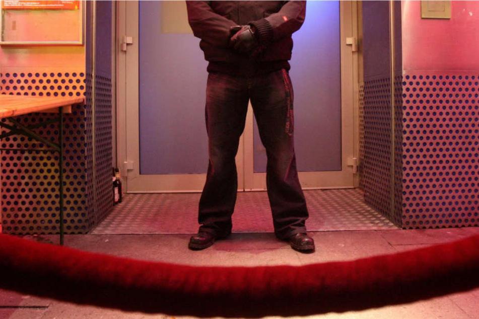Am Türsteher kam er nicht vorbei, deshalb versuchte der Mann einen anderen Weg. (Symbolbild).