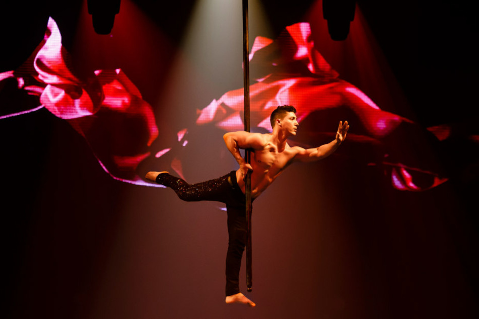 Nicht nur auf dem Eis geht's heiß zu: Auch Akrobaten zeigen ihr Können in der Luft.