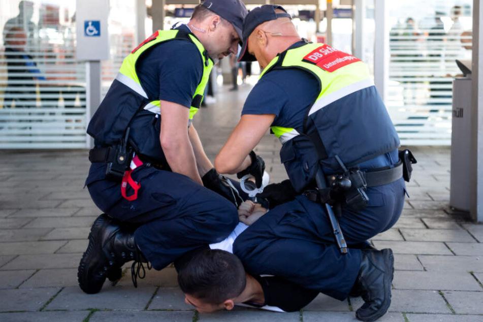 Sicherheitskräfte der Deutschen Bahn (DB) demonstrieren bei einem Pressetermin den Umgang mit Randalierern.