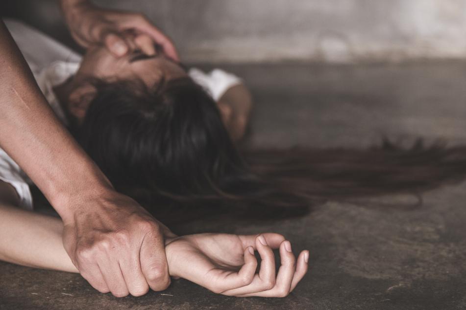 Eine betrunkene Frau (34) wurde auf einem Bahnhof vergewaltigt. (Symbolbild)