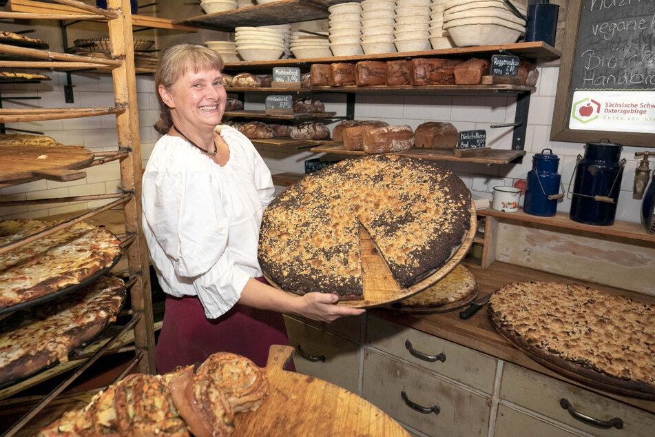Bärbel Schurz (59) zeigt leckere Backwaren in der Mühle Schmilka.