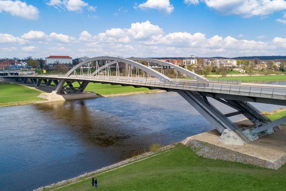 2013 radelte schon einmal ein Jüngling über einen Bogen der Waldschlößchenbrücke.