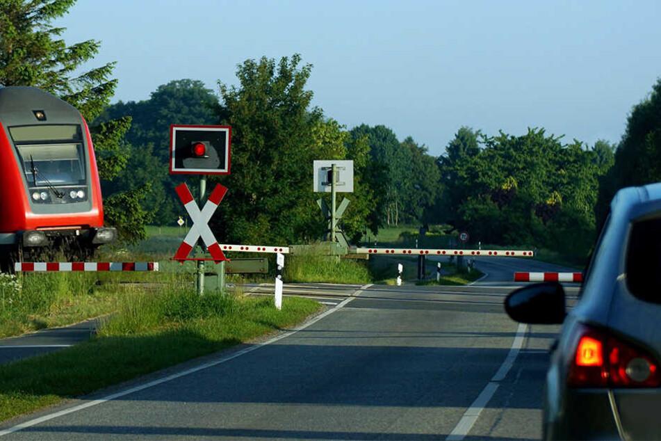 Die Schranken vom Bahnübergang senkten sich, als die Frau mit ihrem defekten Auto auf den Schienen stand. (Symbolbild)