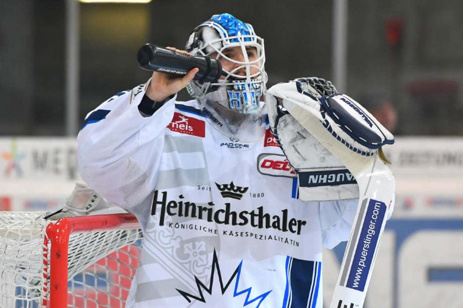 Schade! Eislöwen-Keeper Marco Eisenhut hatte sich nach den super Paraden ein Spiel ohne Gegentor verdient. Doch kurz vor Schluss war der Traum geplatzt.