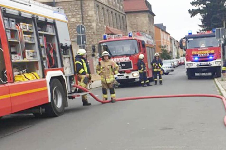 Kräfte aus zehn Feuerwehren rückten am Dienstagvormittag in eine Naumburger Postfiliale aus, weil dort angeblich Chlorgas ausgetreten war.