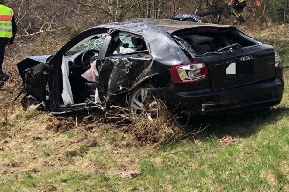 Die Feuerwehr musste den Unfallfahrer aus dem Wagen schneiden.