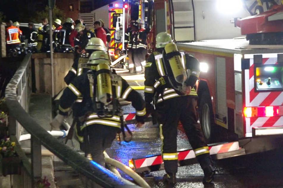 Die Löscharbeiten der Feuerwehr dauerten bis in die Morgenstunden an.