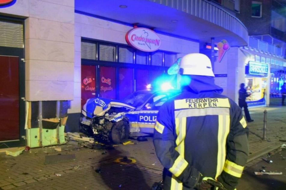 Die Feuerwehr Kerpen konnte den schwerverletzten Polizisten aus seinem Dienstwagen befreien und retten.