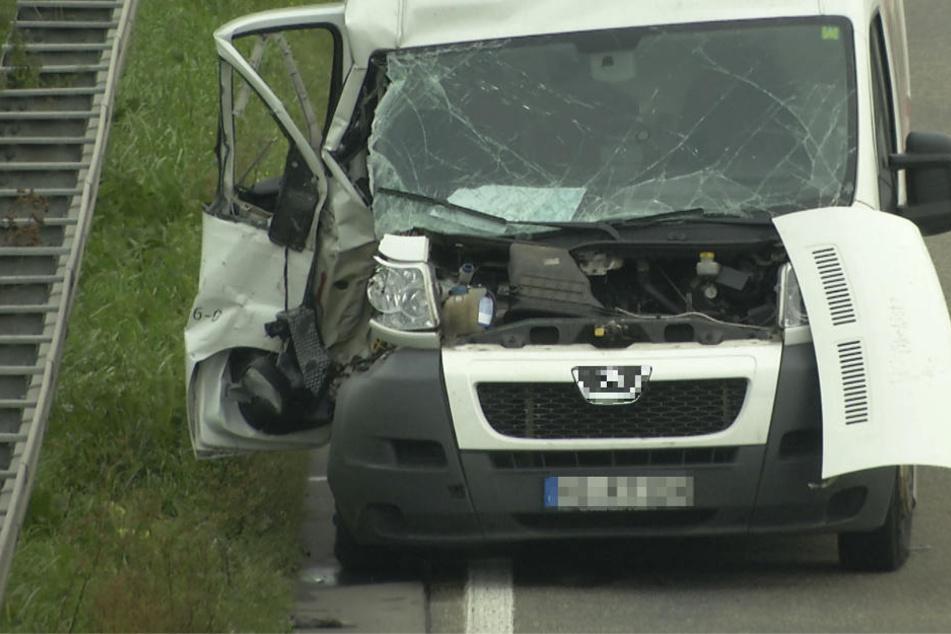 Beide Transporter wurden durch den Zusammenstoß schwer beschädigt.