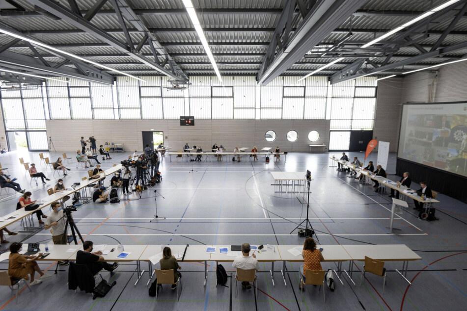 Journalisten verfolgen im August 2020 in Kupferzell eine Pressekonferenz zur Vorstellung der Ergebnisse einer Studie des Robert Koch-Instituts.