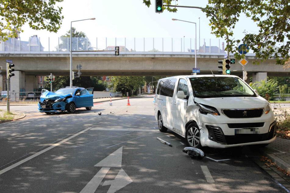 Beide Autos wurden durch den Zusammenstoß beschädigt.