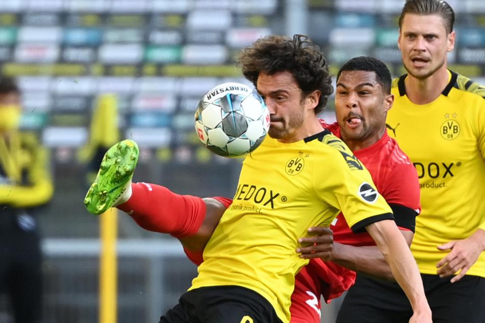 26. Mai 2020: Münchens Serge Gnabry (25, M.) und Dortmunds Thomas Delaney (29, l.) kämpfen um den Ball. Im Hintergrund ist Lukasz Piszczek zu sehen.