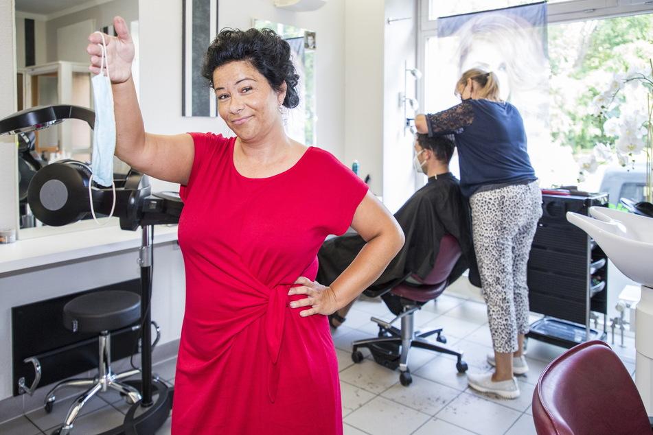 """Auch in ihrem Friseursalon bleibt die Maske Pflicht, was Inhaberin Sandra Bartsch (41) """"Nonsens"""" findet."""