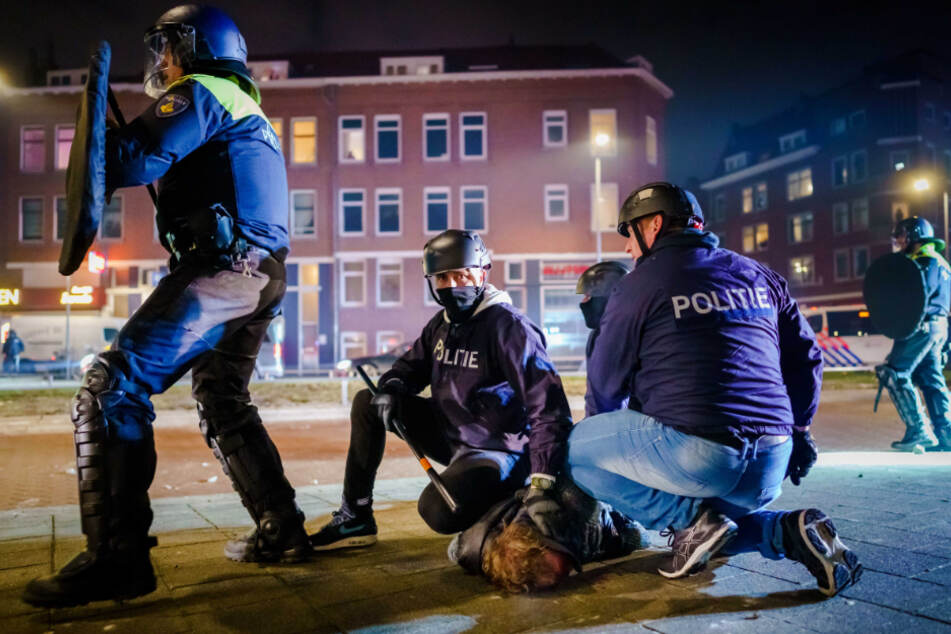Rotterdam: Ein Mann wird nach einer Konfrontation auf Beijerlandselaan von Polizisten am Boden festgehalten.